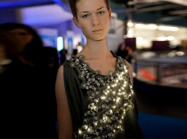 led powered diffus climate dress monitors pollution 1 LED Powered Climate Dress Monitors Pollution