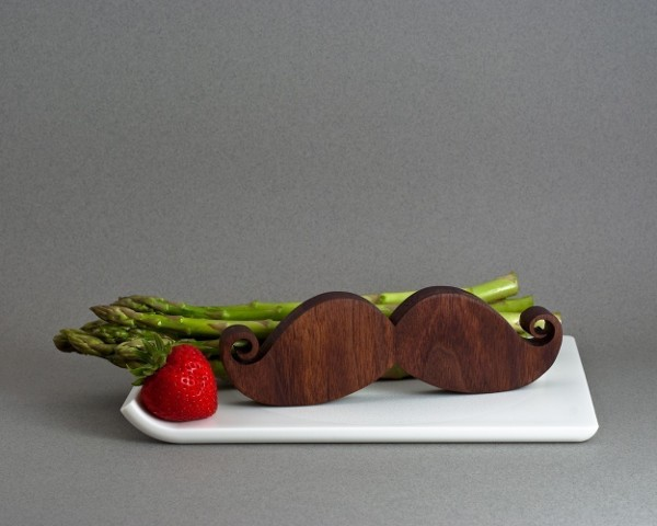 moustache-salt-and-pepper-shakers_1