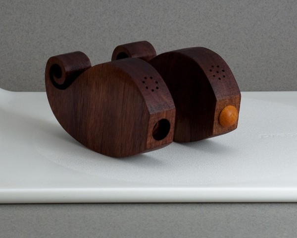 moustache-salt-and-pepper-shakers_3