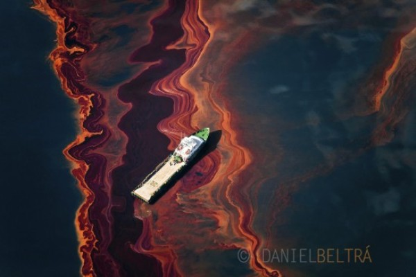 spill aerial photography by daniel beltra gulf of mexico oil rigs 3 Aerial Gulf Oil Spill Photography by Daniel Beltra