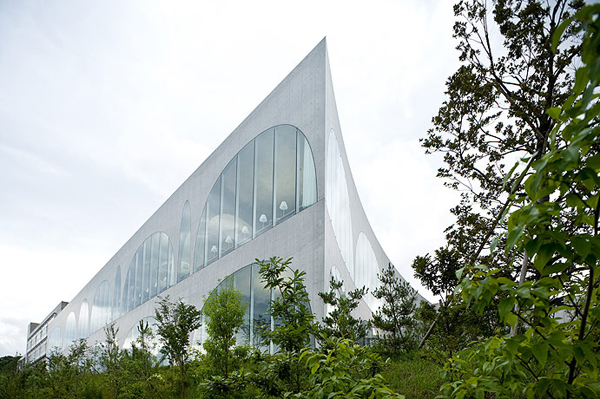 Tama Art University Library 2