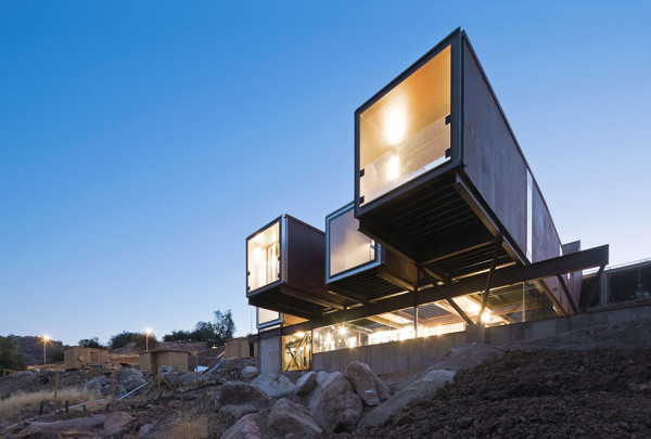 Caterpillar House by Sebastián Irarrázaval 18 600x405 Caterpiller House   Chilean Shipping Container House