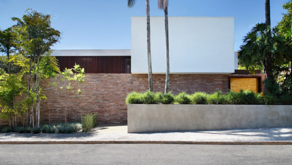 AH House by Guilherme Torres 1 600x338 AH House by Studio Guilherme Torres Blends Architecture and Nature