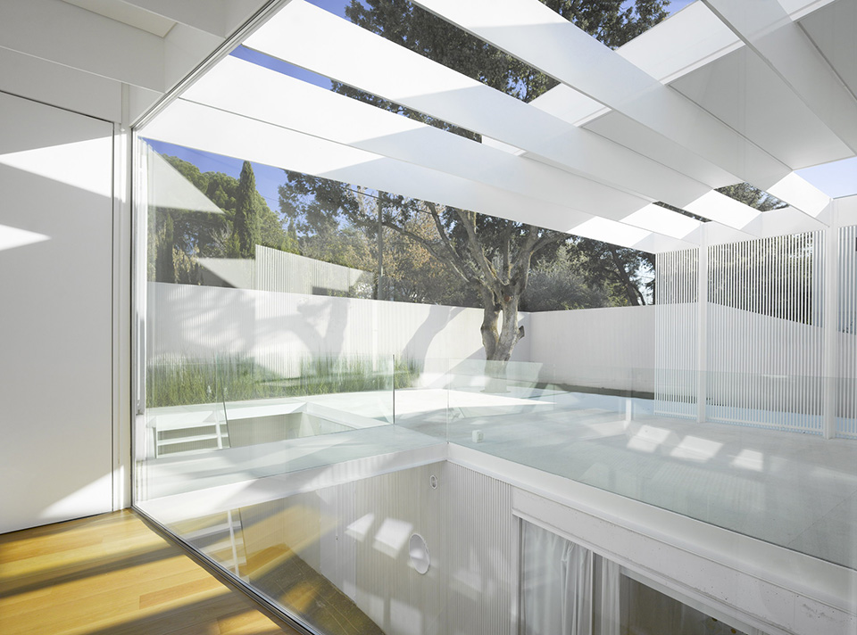 Green Roofed Labyrinth House by Estudio Entresitio 6