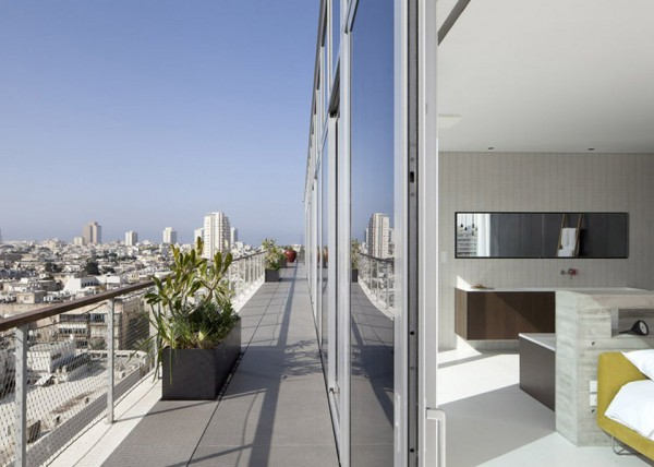Antokolsky penthouse by Pitsou Kedem 12 600x428 Pitsou Kedems Tel Aviv Penthouse is an Unusual Sight Amidst the Turmoil