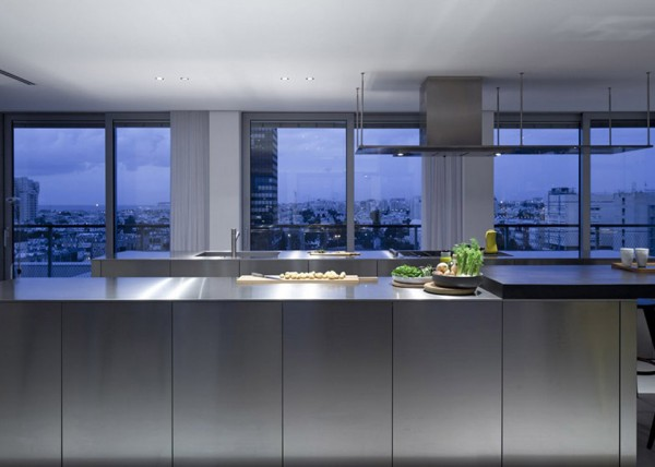 Antokolsky penthouse by Pitsou Kedem 9 600x428 Pitsou Kedems Tel Aviv Penthouse is an Unusual Sight Amidst the Turmoil