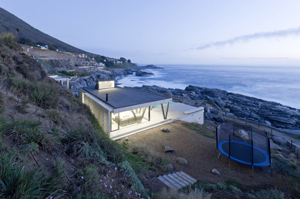 Rambla House by LAND Arquitectos 1 600x398 Rambla House by LAND Arquitectos Overlooks the Pacific Surf