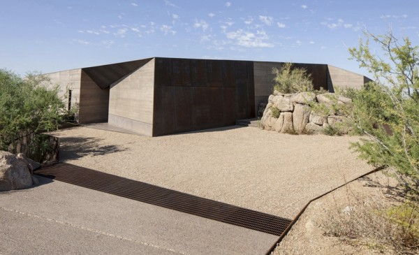 desert courtyard house wendell burnette architects 5 600x365 Desert Courtyard House is a Glass Palace in the Wilderness