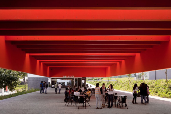 secondary school garcia da orta by bak gordon 11 600x399 Using Color to Change the Way Students See School