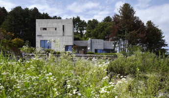 House of Respect and Happiness Rests Peacefully in the Korean Countryside