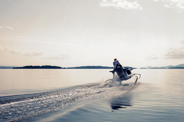 Quadrofoil Electric Hydrofoiling Personal Watercraft 2 600x399 Quadrofoil is the Flying Electric Speedboat of Tomorrow
