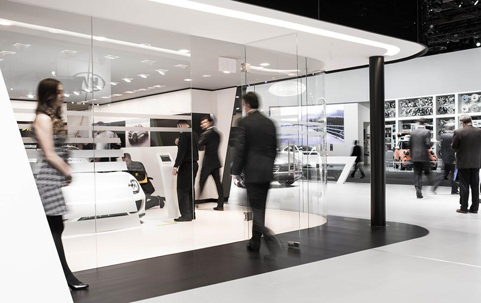 NAIAS-2014-Day-One-Auto-Show-Architecture-Glass-Case