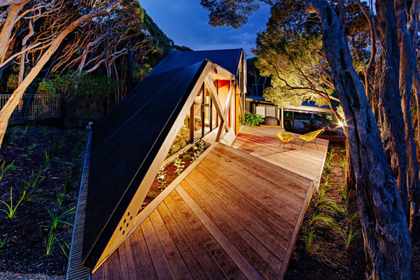 Cabin 2 by Maddison Architects Photography by Will Watt 3 600x400 Australian Architects Build a Dreamy Geometric Cabin Hidden in a Suburban Environment