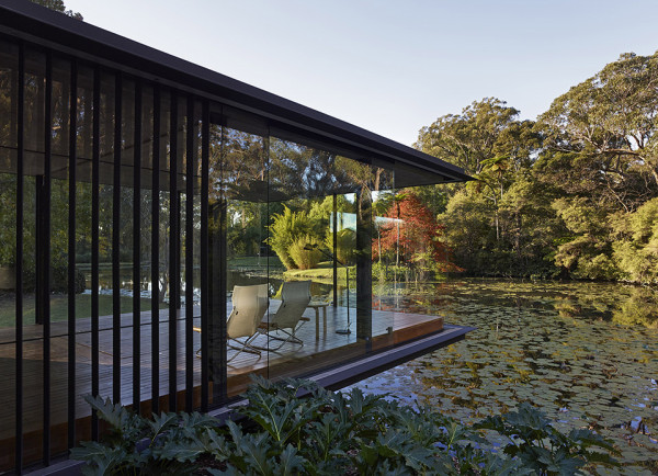 Wirra Willa Pavilion by Matthew Woodward Architecture 10 600x434 This Incredible Glass House on a Pond Features a Hidden Living Room Hot Tub