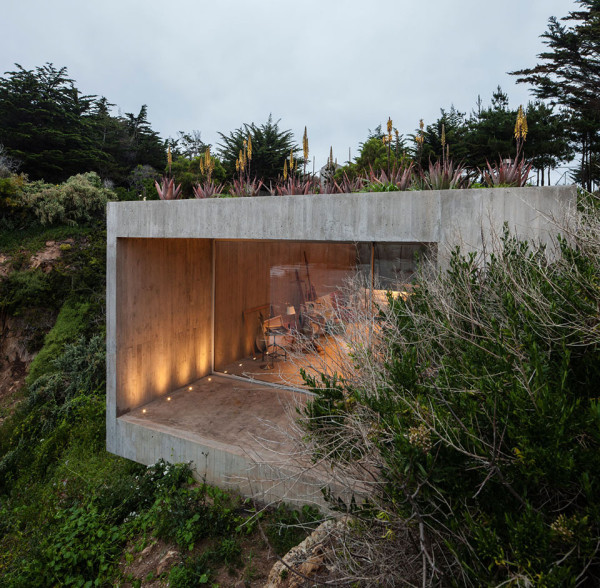 Concrete Painters Studio by Felipe Assadi Photo by Fernando Alda 1 600x588 This Hidden Artists Studio is Embedded Into a Cliff With Panoramic Pacific Ocean Views