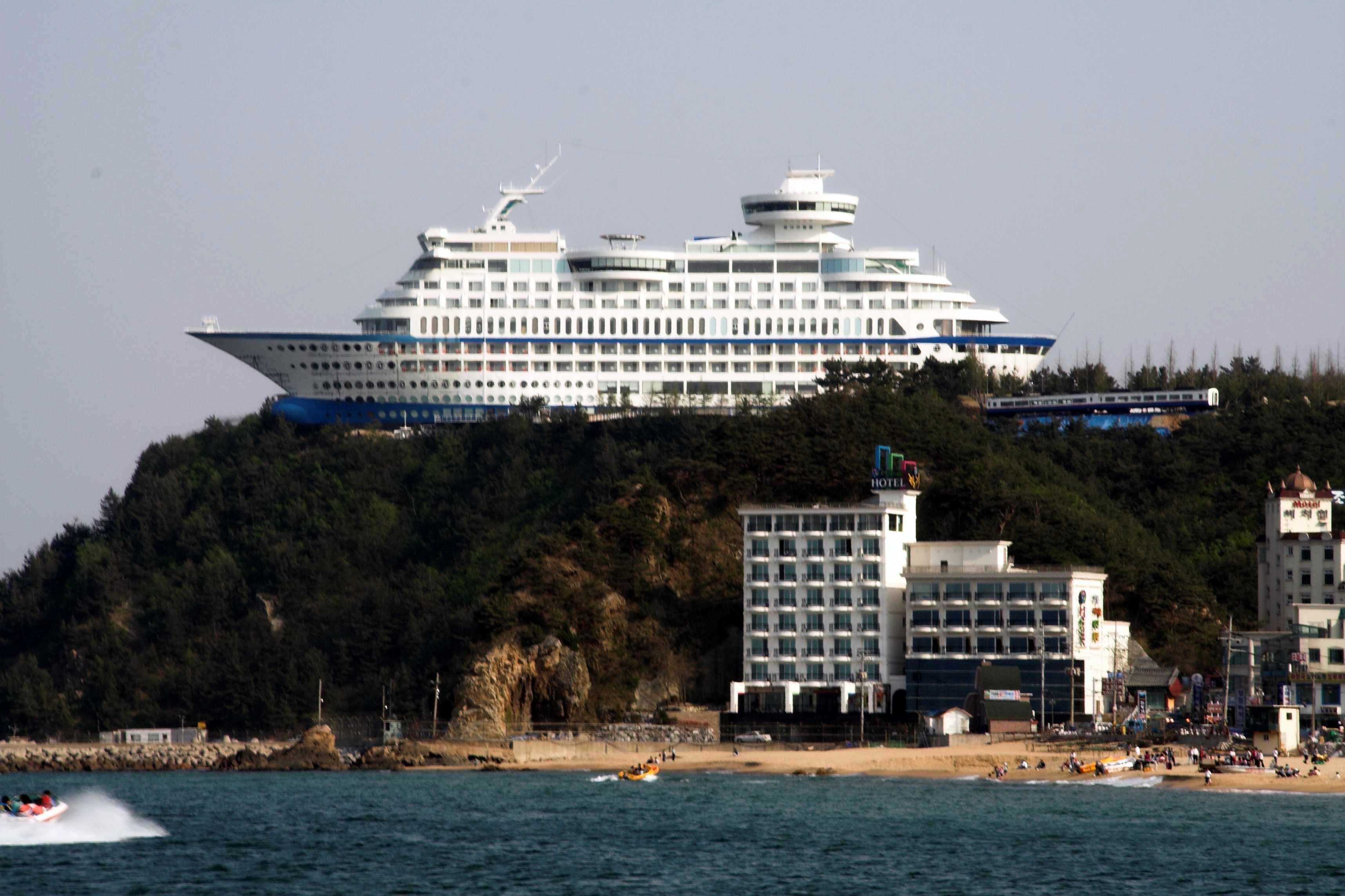 Sun Cruise Resort – strange hotel
