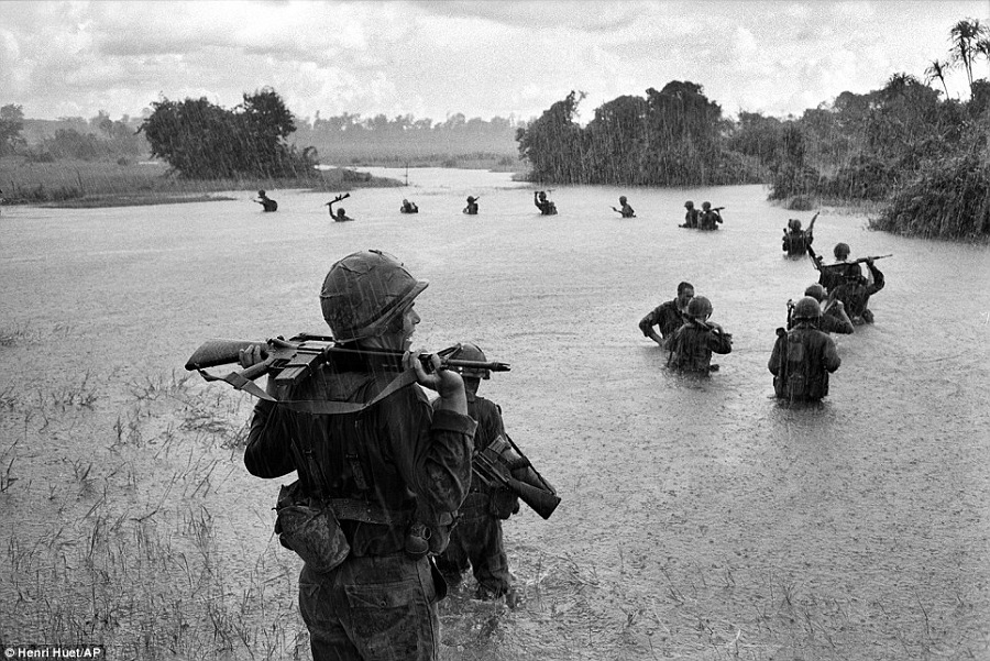 War-Photography-Vietnam-Henri-Huet-The-Coolist
