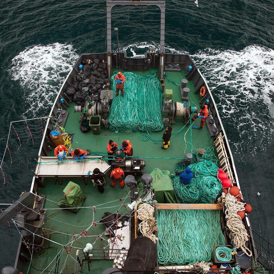 Fishing vessel making use of fishing rope