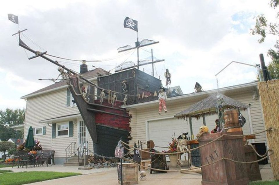 View In Gallery Shipwrecked Halloween Decorations 960x639 23 Homes With  Masterful Halloween Decorations