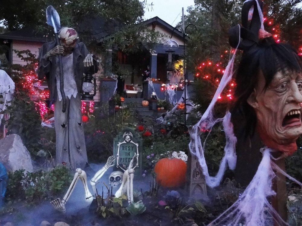 The Cluttered Graveyard – halloween decorations