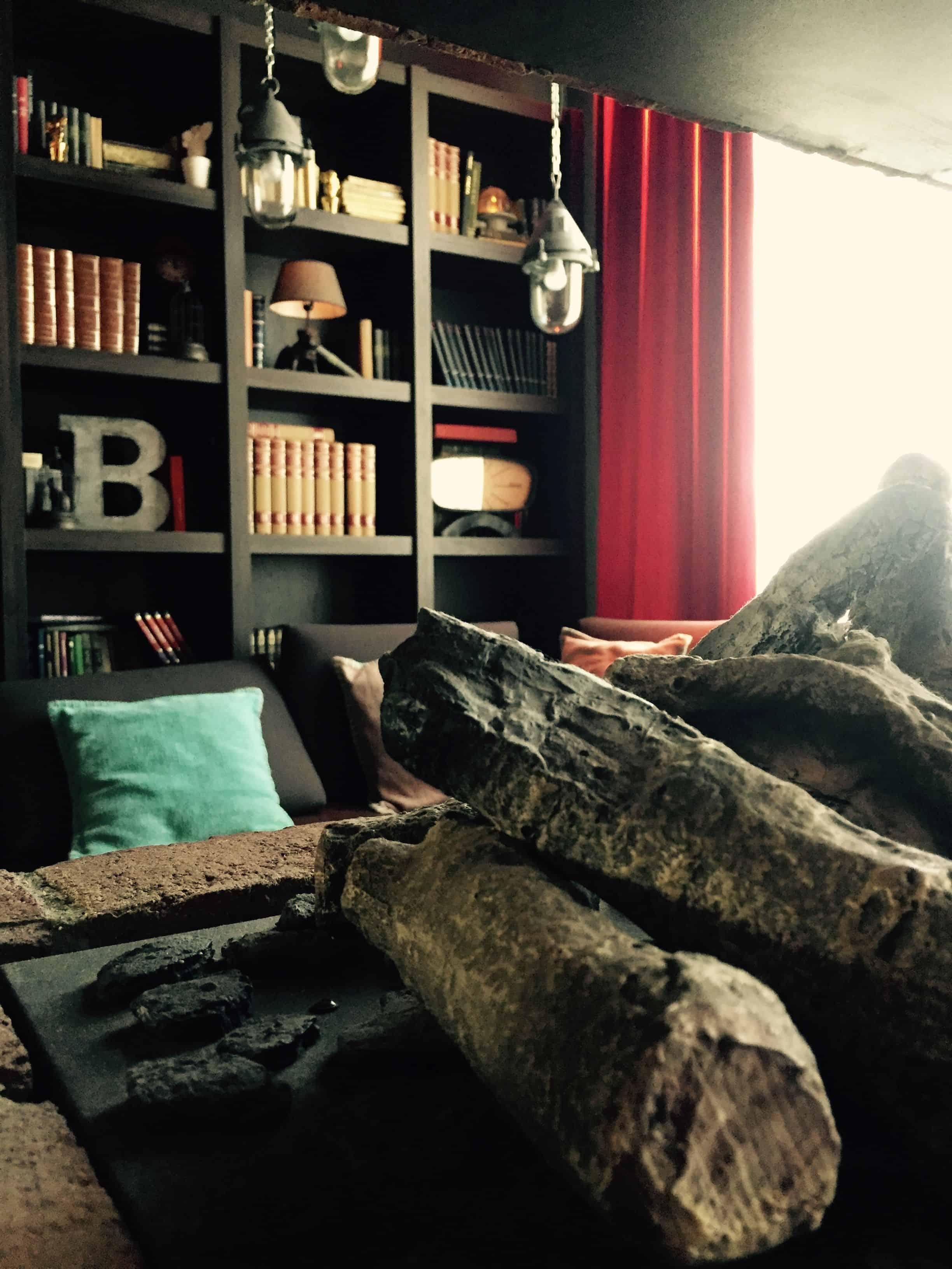 Bookcase in lounge area – pentahotel paris