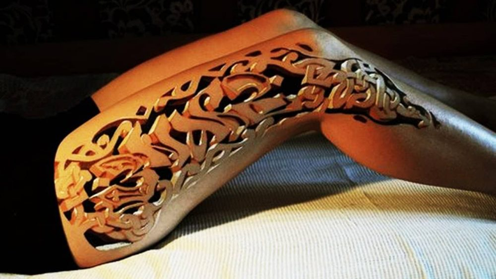 Crenellation tattoo down a woman's leg